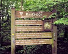 Hinweisschild Naturschutzgebiet Raakmoor - natürliches Übergangsmoor als Rest eines abgetorften Hochmoors.