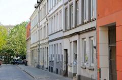 Bilder aus dem Stadteil Ottensen - Bezirk Hamburg Altona. Historische STrasse des Stadtteils, Zeissstrasse mit alten Wohngebäuden.