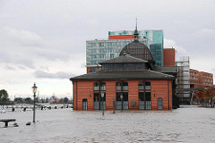 Überflutung des Altonaer Fischmarkts, die Elbe tritt bei Sturmflut über das Ufer.