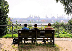 Ruhebank mit Blick auf die Elbe und die Containeranlagen des Terminals Burchardkai - Bilder aus dem Hamburger Stadtteil Otttensen.