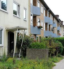 Eingang und Balkons mit Mosaikwand - Stilelemente der 50er Jahre Architektur - Wohnblocks der Nachkriegs Stilepoche. Stader Strasse in Hamburg Heimfeld - Bezirk Hamburg Harburg.