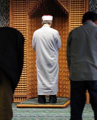 Imam vor der Gebetsnische, Qibla Wand;