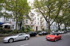 Mehrstöckige Wohnhäuser - Gründerzeitarchitektur, Historismus - fahrende Autos in der Sierichstrasse, Hamburg Winterhude.