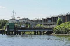 Öltanks im Harburger Tankhafen - Seehafen an der Süderelbe.