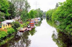 Blick auf den Ernst August Kanal in Hamburg Wilhelmsburg - Gartencafe / Biergarten am Kanalufer. Bäume am Kanalrand - Bilder aus HH-Wilhelmsburg.