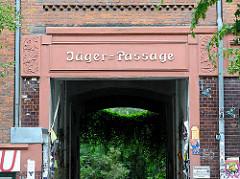 Inschrift auf dem Torsturz Jäger Passage - Wohnhäuser auf Hamburg St. Pauli.