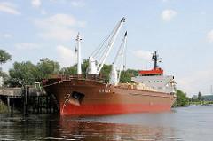 Frachtschiff mit bordeigenen Kränen am Anleger bei der Mündung des Reiherstiegs in die Süderelbe