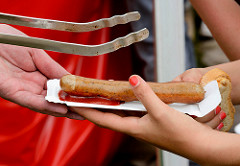 Biohof Gut Wulksfelde - Bauernmarkt. Aussteller präsentieren ihre Bioprodukte und Kunsthandwerk. Stand mit Biobratwürsten - Bratwurst mit Ketchup und Brot.