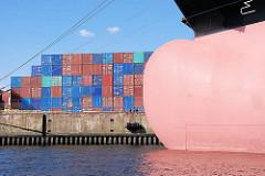 Wulstbug eines Frachtschiffs am Mönckebergkai im Ellerholzhafen, Hafenbecken im Hamburger Hafen - gestapelte Container am Kai.