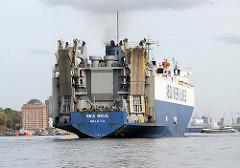 Der Autotransporter SEA WAVE läuft in den Hamburge Hafen ein - das Schiff kann 3162 Autos über die Laderampen am Heck an Bord nehmen.