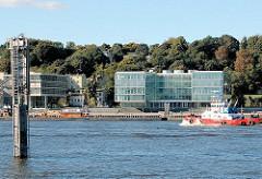 Hamburg Neumühlen - moderne Uferbebauung - Perlenkette am Hafenrand Altonas - Altbauten an der Elbtreppe, abrissbedroht.