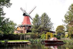 Reitbrooker Mühle an der Dove Elbe, ein Sportboot liegt am Bootssteg. Bilder aus den Hamburger Stadtteilen