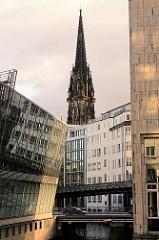 Mönckedammfleet und Kirchturm der ehem. Nikolaikirche in der Hansestadt Hamburg.