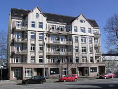 Alleinstehender Wohnblock in der Tarpenbeckstrasse von Hamburg-Eppendorf, Parkplätze für Autos.