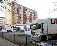 Die Essohäuser an der Reeperbahn / Spielbudenplatz in Hamburg St. Pauli wurden 2013 wg. Einsturzgefahr geräumt - Umzugswagen vor den Häusern.