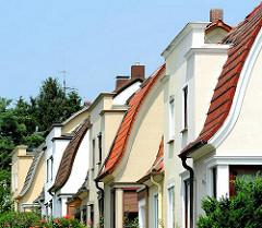 Geschwungene Ziegeldächer - Häuser im Hamburger Stadtteil Wilstorf, Bezirk Hamburg Harburg.