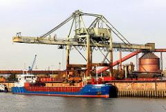 Das Frachtschiff ROCHEFORT liegt am Amsterdamer Kai im Dradenauhafen in Hamburg Waltershof. Der 82m lange und 12m breite Frachter ist mit Altmetall beladen.