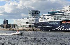 Kreuzfahrtschiff MEIN SCHIFF am Kreuzfahrtterminal Hafencity - ein Motorboot fährt schnell auf dem Wasser der Norderelbe Richtung Elbbrücken.
