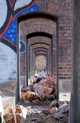 Der Abriss der Pfeiler-Bahnstrecke entlang der Versmannstrasse hat begonnen - Fotos aus dem Hamburger Stadtteil Hafencity (2008)