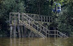 Holztreppe im Wasser - Wassertreppe im Hambuger Moldauhafen - Hafenbecken im Hafen Hamburgs.