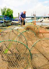 Fischfang im Hamburger Hafengebiet - die Reusen werden an Land ausgebreitet und geprüft.