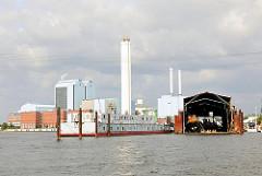 Blick über die Billwerder Bucht und dem Holzhafen Richtung Kraftwerk Tiefstack - im Vordergrund eine Werft in Hamburg Moorfleet und das Wohnschiff PRAHA.