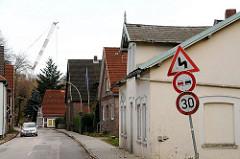 Strassendorf Moorburg Einzelhäuser am Moorburger Elbdeich - Verkehrsschild kurvige STrasse.
