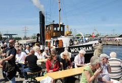 Hafenfest im Harburger Hafen - historischer Schlepper am Kai des Lotsekanals.