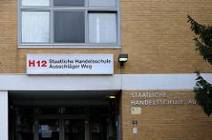 Eingang Handelschule H12 am Ausschläger Weg - Fotografie von Hamburger Stadtteilen.