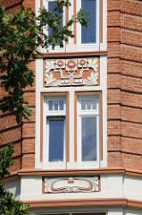 Jugendstil in der Architektur - Dekore an einer Hausfassade - Alsterdorfer Strasse / Hamburg Winterhude.