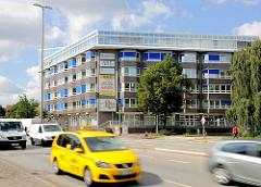 Moderne Büroarchitektur an der Hauptverkehrsstrasse Eiffestrasse - Autoverkehr, schnell fahrende Kraftfahrzeuge.