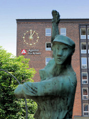 Skulptur Hafenarbeiter - Gebäude Agentur für Arbeit, Nagelsweg Hamburg St. Georg  - Uhr fünf nach zwölf.
