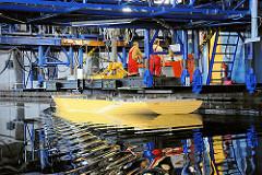 Schiffbau-Versuchsanstalt in Hamburg Barmbek - Test der Manövierfähigkeit eines Schiffmodels im Schlepptank