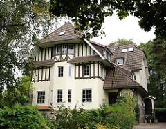 Villa im Heimatstil des Späthistorismus zwischen Bäumen im Eißendorfer Pferdeweg / Hamburg Heimfeld.