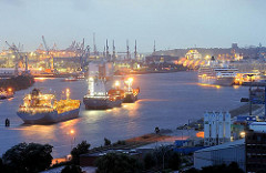 Blick am Abend über die Elbe Richtung Hamburger Hafencity - ein Kreuzfahrtschiff hat am Kreuzfahrtterminal Hafencity festgemacht.