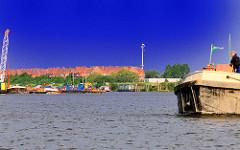 Blick in den Hamburger Spreehafen - eine Schute verlässt das Hafenbecken in Hamburg Wilhelmsburg.