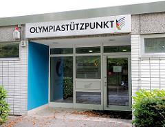 Schild OLYMPIASTÜTZPUNKT über dem Eingang - Fotos aus Hamburg Dulsberg.