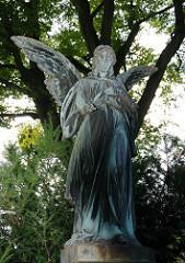 Bronzezengel auf dem alten Niendorfer Friedhof - Friedhofsengel.