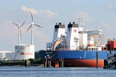 Tankschiff Navion Oceania im Kattwykhafen von Hamburg Wilhelmsburg - lks. ein Öltank und die Windräder einer Windkraftanlage.