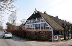 Historische Architektur in Hamburg Neuengamme - Hufnerhaus; Fachwerk mit Reet gedecktes Haus.