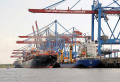 Bilder aus dem Hamburger Hafen - Containerschiffe am Ballinkai des HHLA Containerterminals Altenwerder. Die meisten Containerbrücken sind herunter gefahren und be- und entladen die Schiffe.