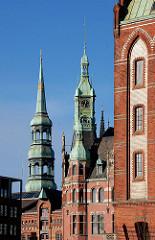 Türme in der Hansestadt Hamburg - Kirchturm der St. Katharinenkirche - Giebelturm eines Gebäudes in der Speicherstadt.