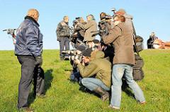 Der Sicherheitsdienst achtet darauf das die Pressefotografen ordentlichem Abstand zum arbeitenden Oberbürgermeister Scholz beim Niederreissen des eisernen Zollzauns am Spreehafen halten.