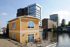 Modernes Hausboot im Harburger Binnenhafen, Lotsekanal - Blick zum westlichen Bahnhofskanal, Bürohäuser.