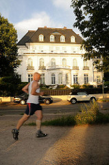 Ein Jogger bei seinem Lauf um die Alster.