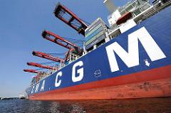 Frachtschiff im Hamburger Hafen - Containerschiff am Containerterminal