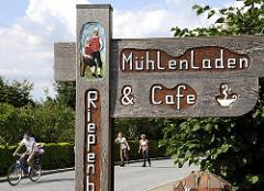 Mühlenladen und Cafe - handgeschnitzes Hinweisschild Rriepenburger Muehle