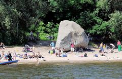 Sommer in Hamburg - Badende und Sonnende Menschen am Sandstrand des Elbufers bei Hamburg Othmarkschen - Findling Alter Schwede.