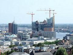 Dächer des Hamburger Stadtteils Neustadt - Büroturm am Kehrwieder und Baustelle der Elbphilharmonie im Stadtteil Hafencity.
