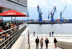 Blick von der Hafencity / Vasco da Gama Promenade, Kaiserkai auf Hafenkräne.